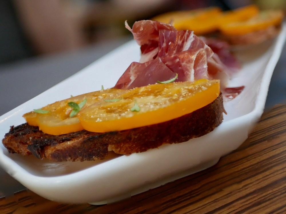 Casa de Presa. Pata Negra. Cinco Jota. 100% Iberica. Tartines de pain à l'ail et tomate.