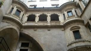 Cour intérieure cachée derrière une porte