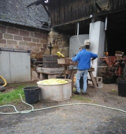 Tonton Jacky fait du jus de pomme...