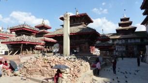 Colonne du roi Pratap Malla, en arrière plan le temple de Jagannath