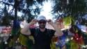 Franck pose devant des drapeaux de prière