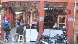 Vendeur de chaussures au bazar