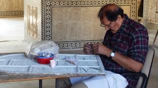 Un artisan en plein travail de rénovation