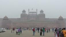 Le drapeau de l'Inde flotte sur la porte du fort rouge
