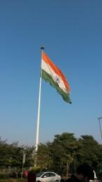 Un immense drapeau indien flotte sur Connaught Place