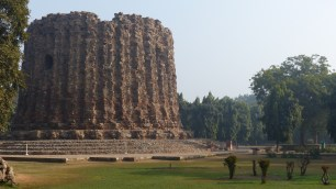 Une autre tour a été commencée, dans le but d'atteindre le double de la hauteur du Qutub Minar, mais jamais achevée