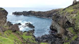 Cette petite baie abrite une grotte contenant des peintures rupestres