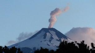 Une fumée blanche s'échappe en permanence du cratère pour nous rappeler que ce volcan est bien actif