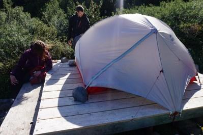C'est une épreuve de monter les tentes avec les fortes bourrasques