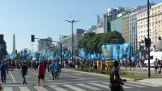 Sur l'Avenida 9 de Julio, près de la Plaza de Mayo, la foule se densifie