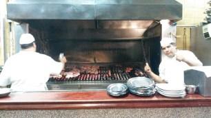Les cuisiniers sont fiers de leur barbecue!
