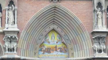 Une multitude de pierres colorées ont été utilisées pour édifier l'église