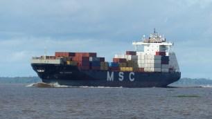 Cargo sur le fleuve