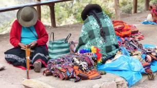 Les femmes ne cessent de tisser et tricoter leurs produits artisanaux