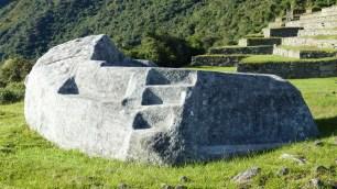 Un autel (de momification?) taillé dans la roche