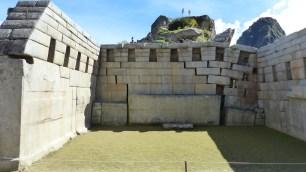 Les pierres ont été déplacées par les racines de la végétation qui recouvrait le site au siècle dernier