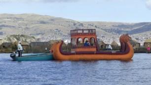 Les bateaux traditionnels sont poussés par des canots à moteur pour aller plus vite!