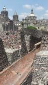 Au premier plan, les ruines du Templo Mayor, dont une partie se trouve encore sous la cathédrale, à l'arrière plan