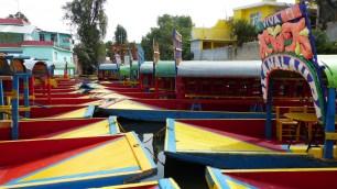 Bateaux colorés attendant les visiteurs