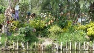 On raconte qu'un homme ramasse les jouets du fleuve et les accroche là pour calmer l'esprit d'une petite fille noyée non loin...