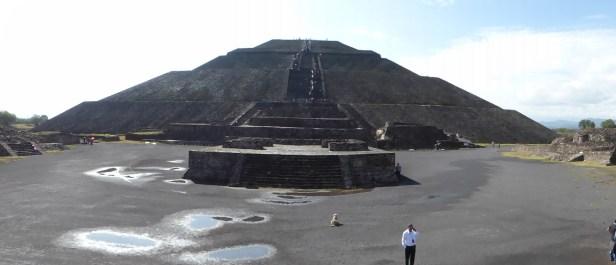 Pyramide du Soleil, de face; devant se dresse un autel