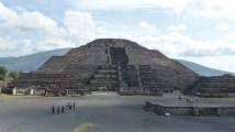 Plus on se rapproche de la pyramide de la Lune, plus elle prend la place de la montagne