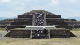 La pyramide de Quetzalcoatl, ou plutôt la plateforme qui se dresse devant et qui la recouvrait pendant des siècles