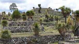 Les temples pyramidaux s'élèvent sur la partie haute du site