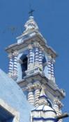 Clocher d'une église colorée