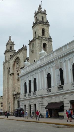La cathédrale, masquée en partie par la casa Montejo