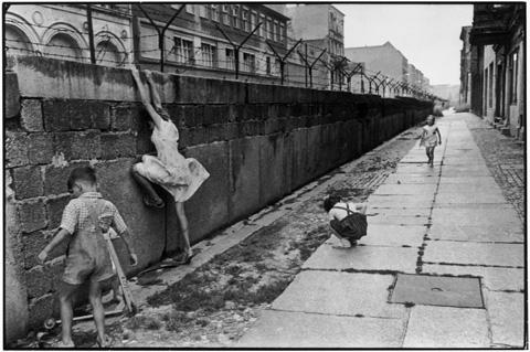 Enfants escaladant le Mur