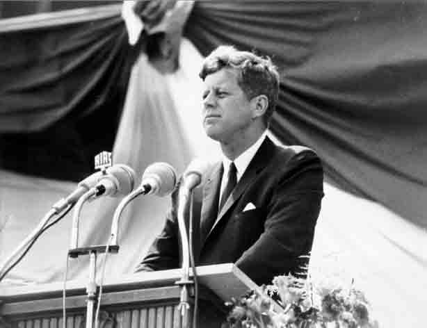 Le président Kennedy à la tribune