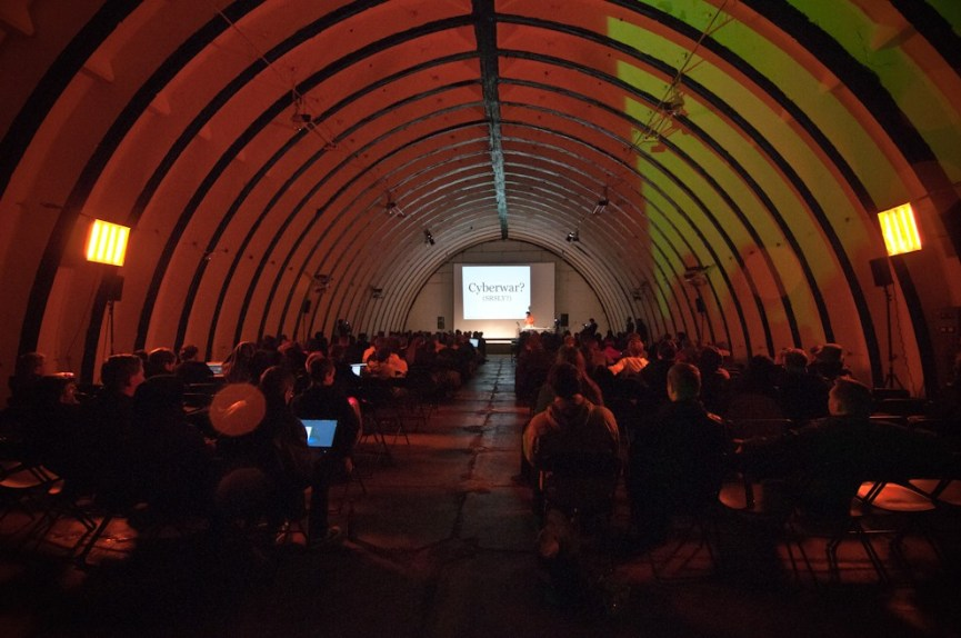 """CCCamp, août 2011. A l'espace Kourou, conférence Cyberpeace & Datalove par Jérémie Zimmermann, porte parole de La Quadrature du Net, association de défense des libertés sur Internet. """"Au nom d'une 'cyberwar' à venir, les gouvernements pourraient parvenir à contrôler le réseau et restreindre nos libertés. (...) Mais qu'est-ce que cette 'cyberwar' ?"""" - Photo Ophelia Noor"""