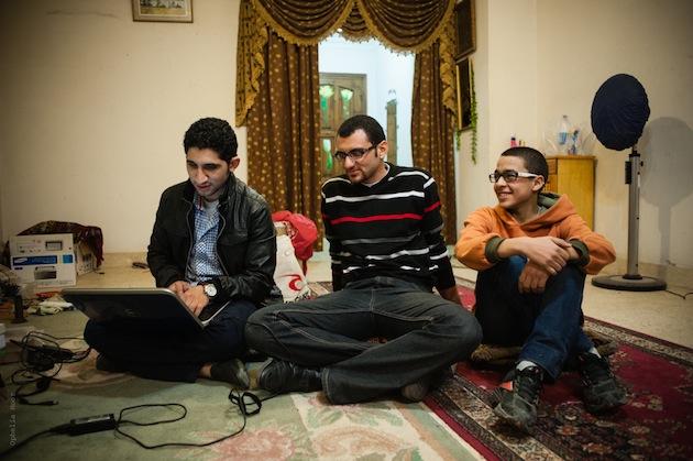 Travail à trois sur le site du hackerspace. Le plus jeune membre, tout à droite, n'est autre que le petit frère du fondateur. - Working on the hackerspace website. The youngest member on the right is Tarek's little brother.
