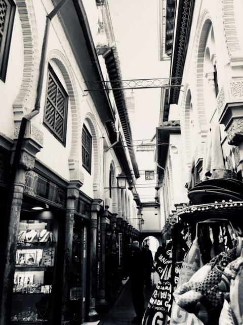 perspective ruelle dans une ville espagnole jolie ville a granada