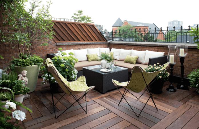 Lesena terasa za sprostitev in počitek.