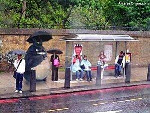 Totoro attend le bus