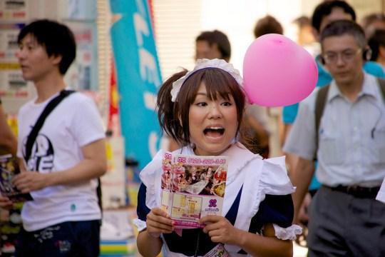 Maid travaillant dans un maid café d'Akihabara cherche client, par Y.Takada.