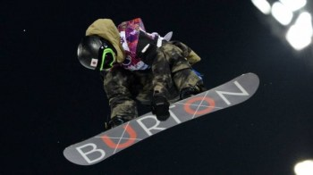 Ayumu Hirano vole sur la piste de Sochi.