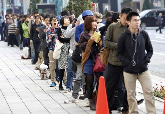 Queue au moment de la sortie Iphone 4s, à Tokyo.