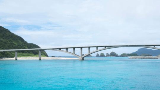 Pont reliant les îles Aka et Geruma.