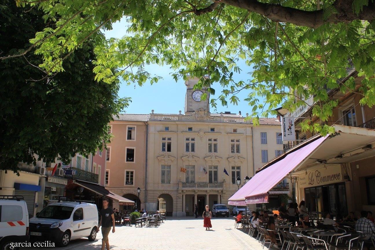 Avant votre séjour en Provence découvrez Orange en photo. Mairie