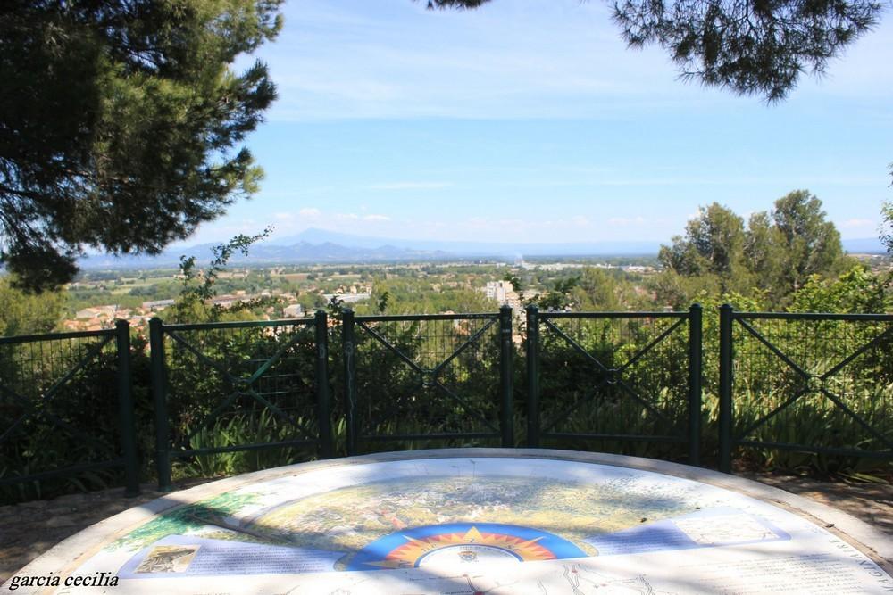 La table d'orientation au sommet de la colline
