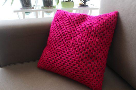 Coussin rose fluo granny crochet - les lubies de Louise (3 sur 6)