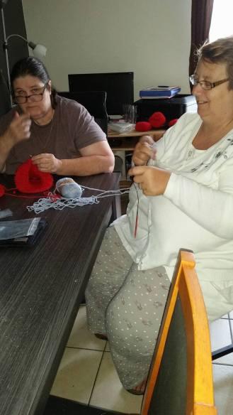 Mission de Mamie finir le bonnet de Grenouille mission accomplie Euh ma binôme comment dire... elle fait des noeuds...
