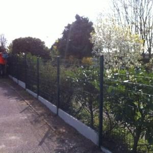 clôture rigide avec plaques de soubassement