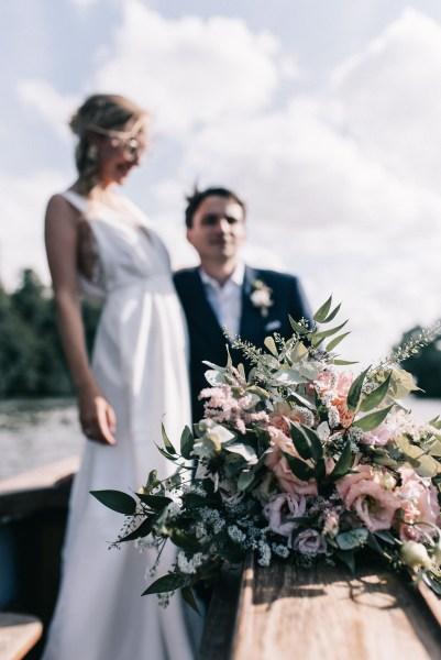 Mariage bohème-chic en Anjou - séance couple sur un bateau