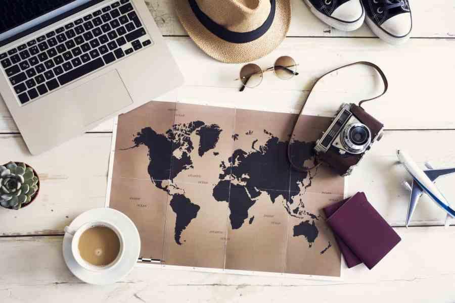 Carte du monde et affaires de voyageurs
