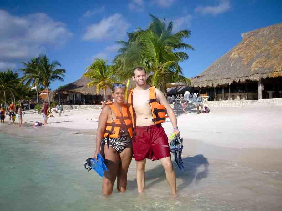 Inès et Jeff en gilet de plongée sur la plage