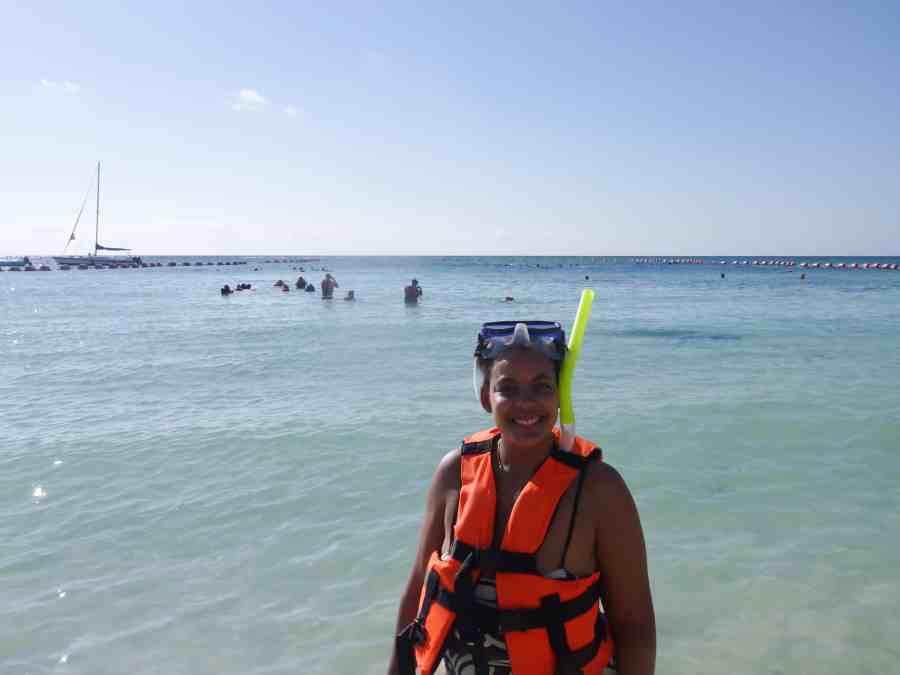 Inès en gilet de plongée sur la plage
